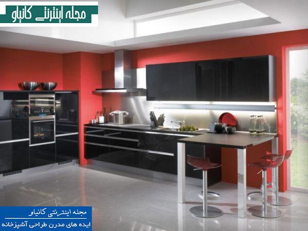 آشپزخانه ای شیک و مدرن با دیوارهای قرمز پررنگ و مبلمان مشکی براق