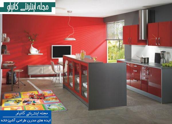 آشپزخانه ای شیک و مدرن با دیوارهای قرمز پررنگ و مبلمان طوسی براق