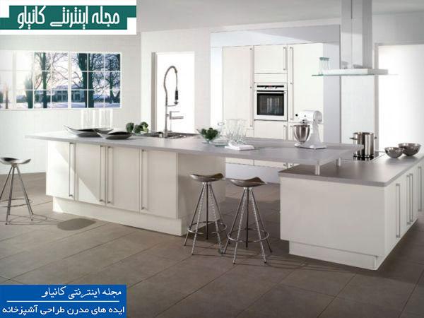 آشپزخانه ای شیک و ساده با دکوراسیون داخلی سفید و نقره ایی