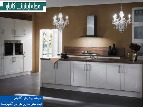 آشپزخانه ساده با دیوارهای قهوه ای ، مبلمان به دور از شلوغی و لوسترهای پر زرق و برق