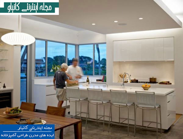 آشپزخانه و اتاق ناهار خوری مدرن دارای پنجره هایی با چشم انداز پانوراما