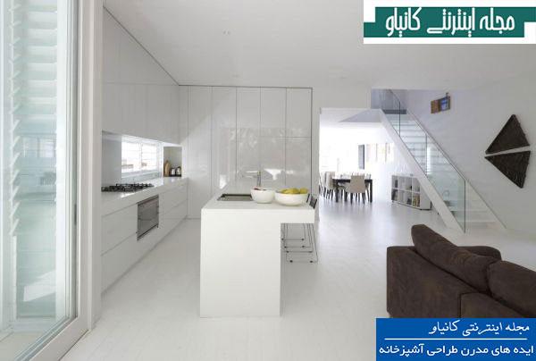 آشپزخانه ای بسیار آرام و روباز با دکوراسیون سفید و بسیار جذاب