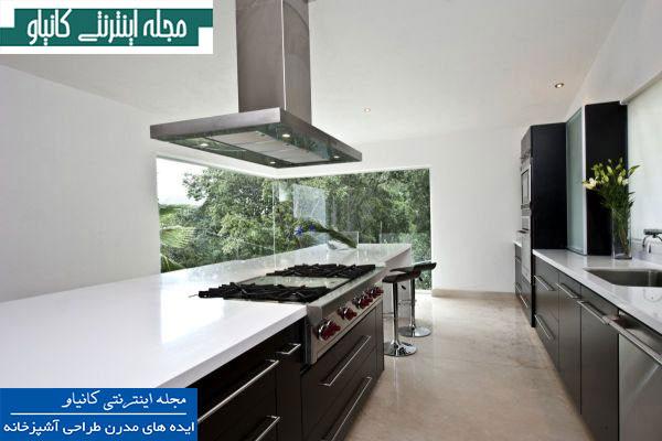 آشپزخانه مینیمالیستی دارای دیوار گوشه شیشه ای با نماهای پانوراما