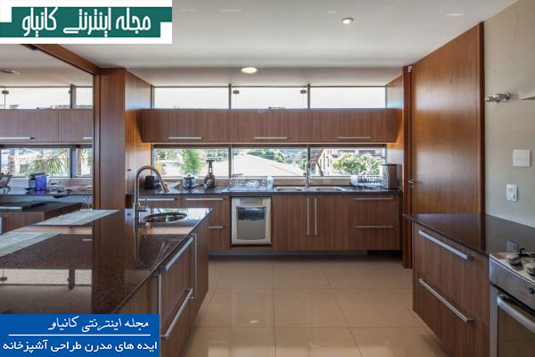 آشپزخانه مدرن با مبلمان ظریف چوبی و دکوراسیون تمیز و منسجم