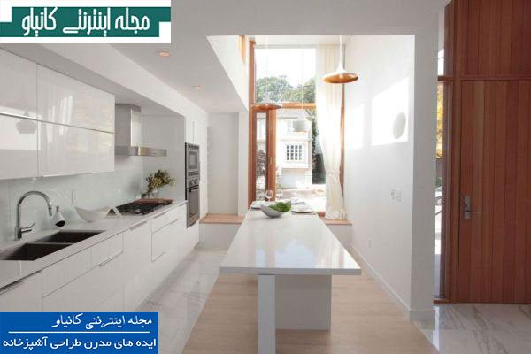 آشپزخانه سفید و دنج با سقف های بلند و یک پنجره بزرگ