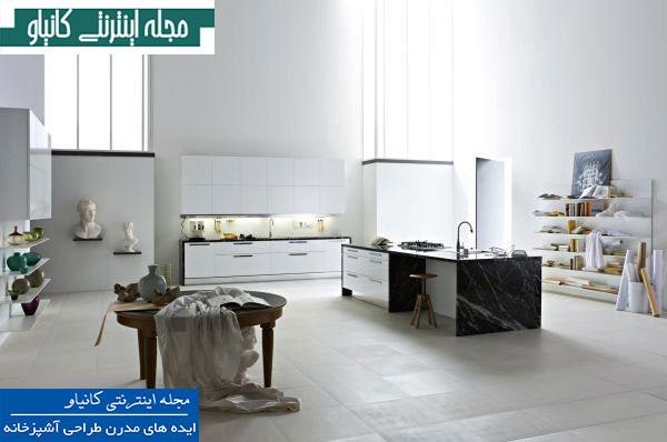 آشپزخانه سفید تمام جزیره با دکوراسیونی آرام ، ساده و قفسه های باز