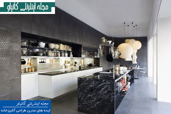 آشپزخانه باریک و بلند با دیوارهای سیاه و بافت و دو جزیره موازی