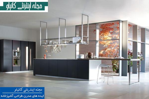 آشپزخانه طرح اوپن شامل مبلمان مینیمال و طراحی هوشمندانه فضای ذخیره سازی