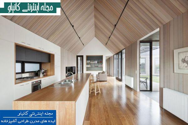 آشپزخانه ای با نقشه باز ، با سقفی شیب دار و دیوارهایی با روکش دیوارپوش