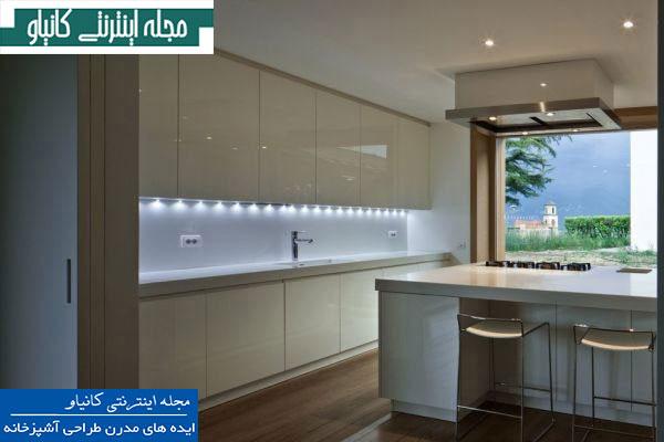آشپزخانه مدرن با مبلمان براق و پنجره ایی با چشم اندازهای فوق العاده