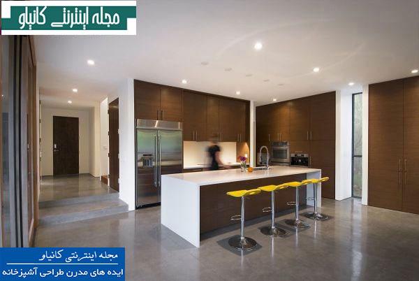 آشپزخانه ای ساده و زیبا با دکوراسیون سفید و قهوه ای و صندلی های چوبی زرد