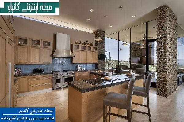 آشپزخانه ای جادار و نیمه بسته که دارای مبلمان چوبی و ترکیب سنگ طبیعی است