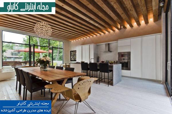 آشپزخانه مدرن با تیرهای چوبی در معرض دید به تراس باز می شود