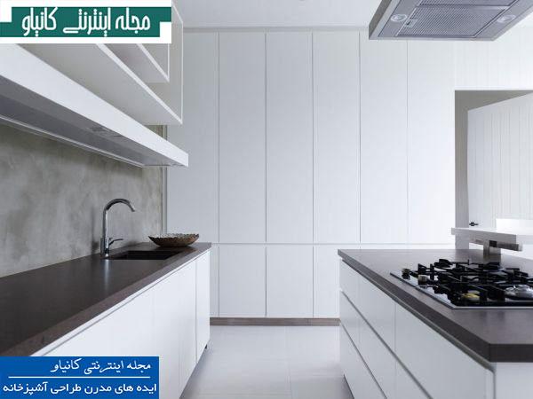 آشپزخانه ای کاملاً ساده با تزئینات داخلی کاملاً سفید و خطوطی مینیمالیستی