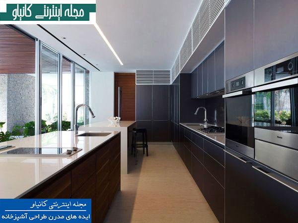 آشپزخانه باریک و باریک با فضای داخلی مدرن و مبلمان و لوازم داخلی توکار